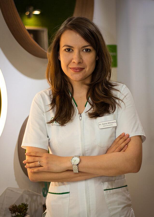 Doctorul dermatolog Ioana Mitoseriu este specializata in aplicarea procedurilor laser in cadrul clinicii Elos Skin&Laser Center